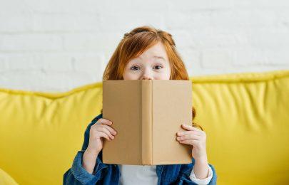 Folha atrás de folha um novo amigo: os benefícios da leitura na infância