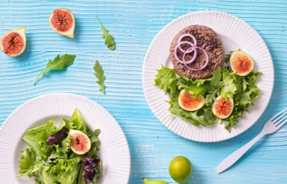Hambúrguer com salada verde com figos